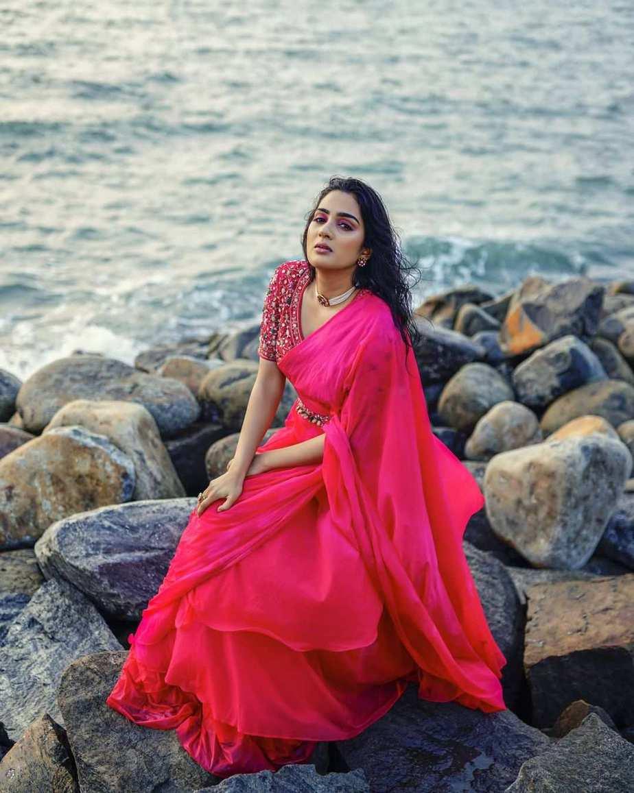 Aditi Ravi in a fushchia pink belt saree by Cameela
