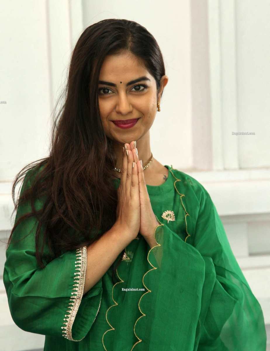 Avika gor in green house of pink kurta set at film temple for new movie puja1.1