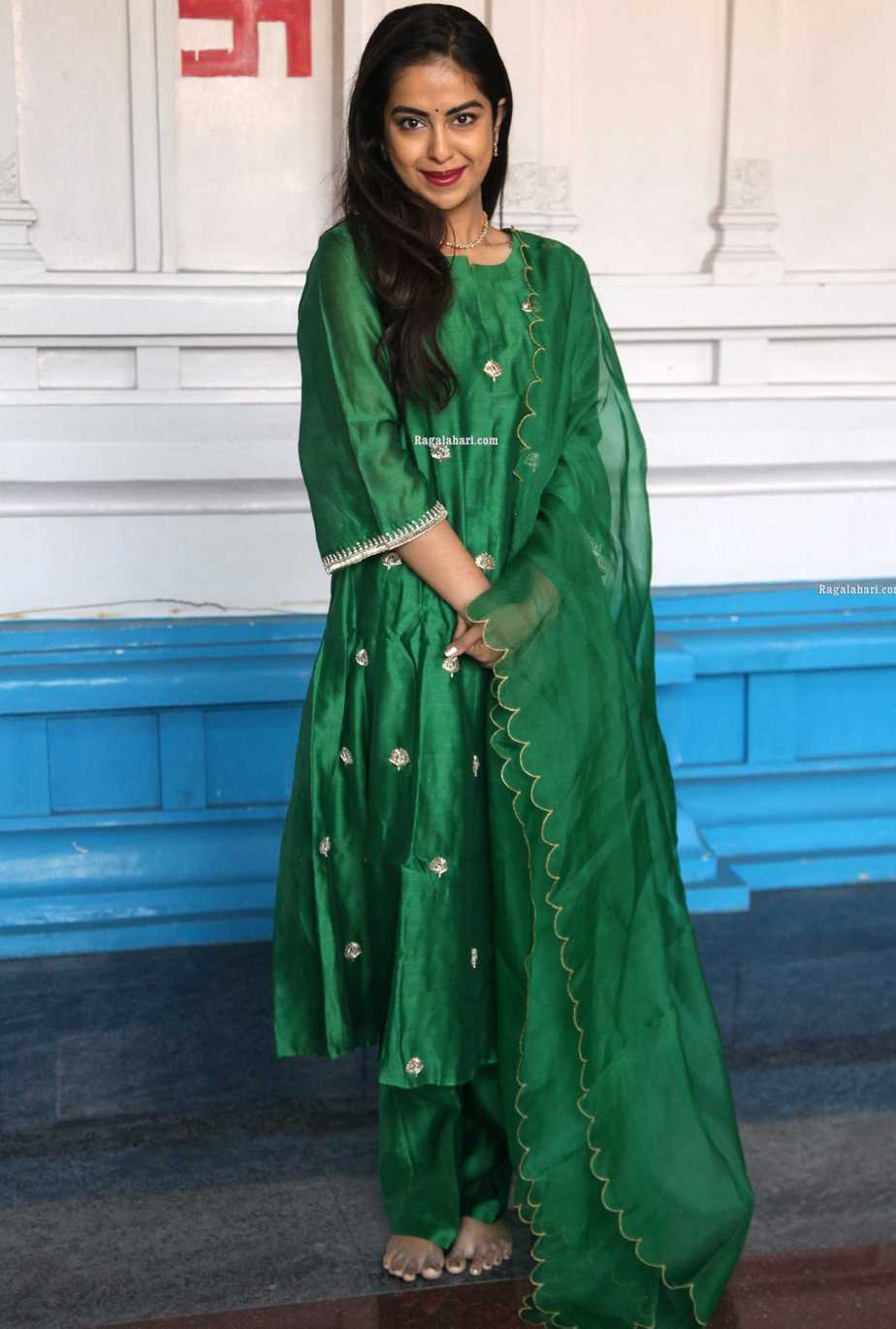 Avika gor in green house of pink kurta set at film temple for new movie puja1.4