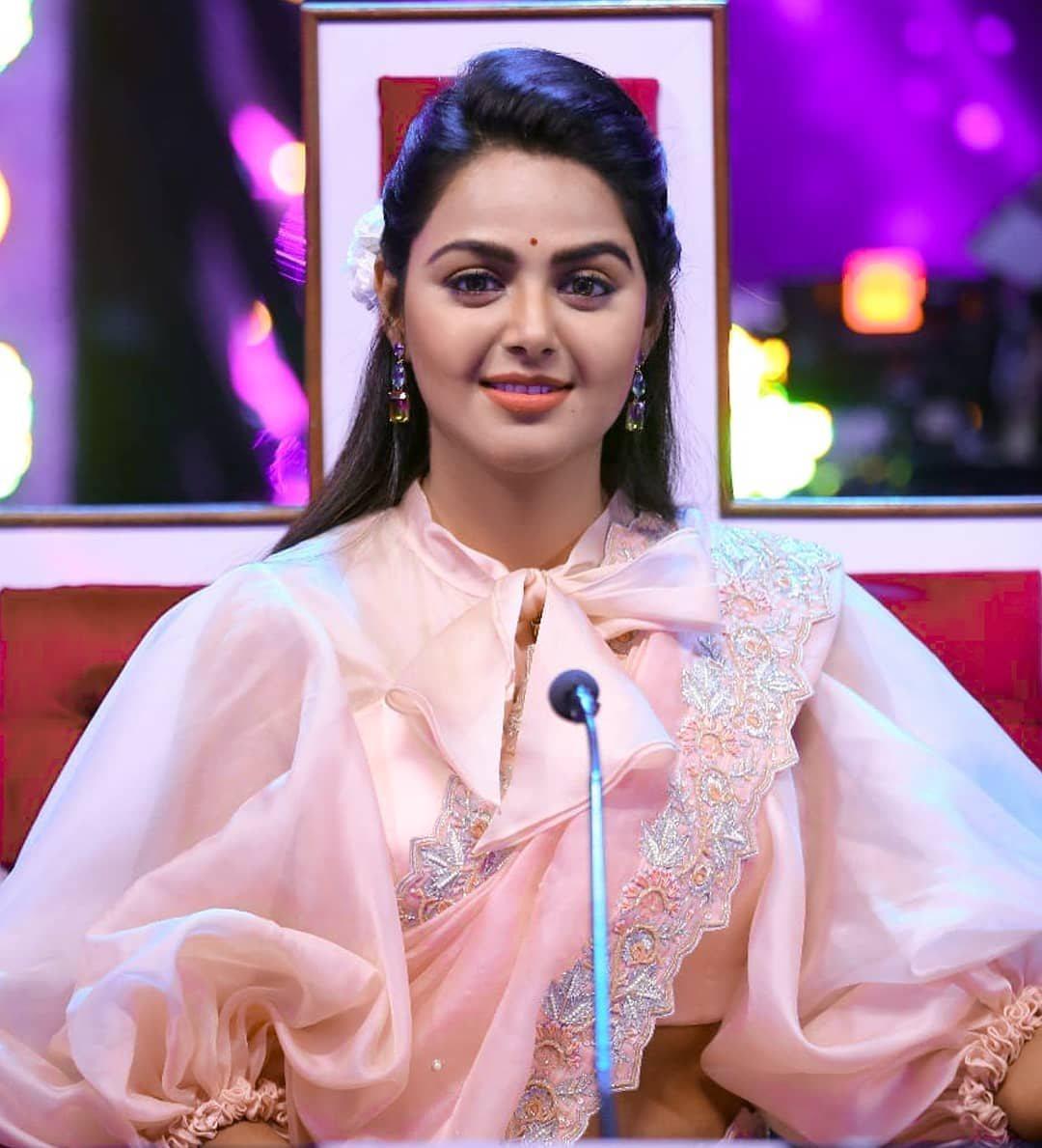 Monal Gajjar in peachish pink organza saree by Suvarna mandir for dance plus2