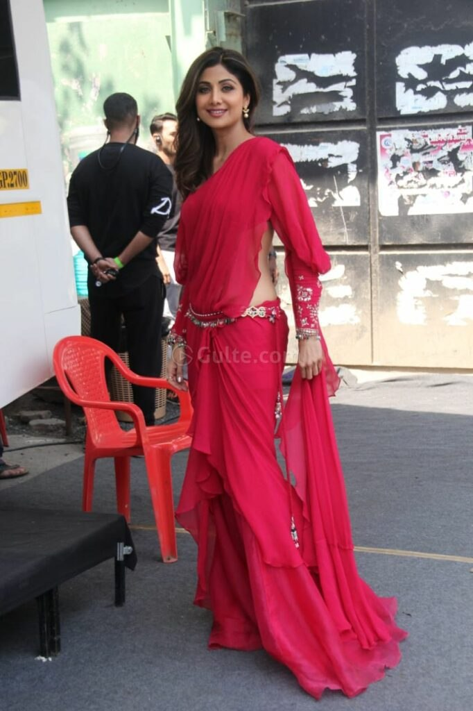 Shilpa Shetty in adeep fuschia saree and blouse by Ridhi Mehra at an ad shoot1