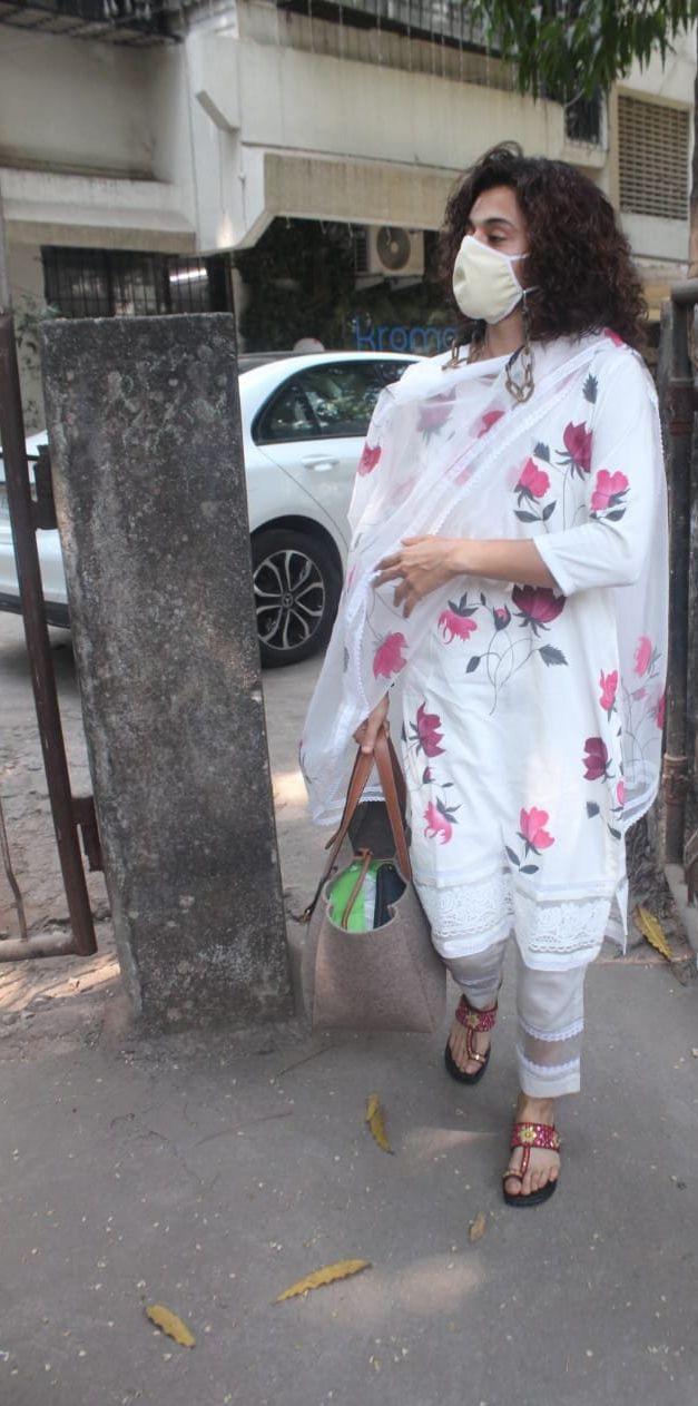Tapsee Pannu in a white kurta set at Juhu3