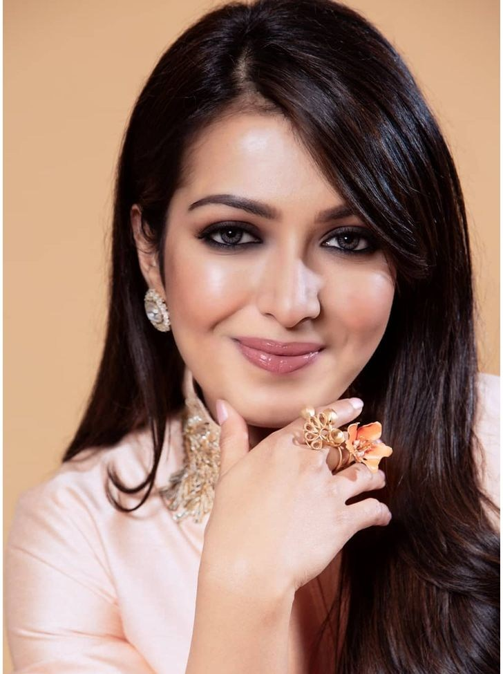 catherine tresa shines in gold dress at cancer awareness car rally