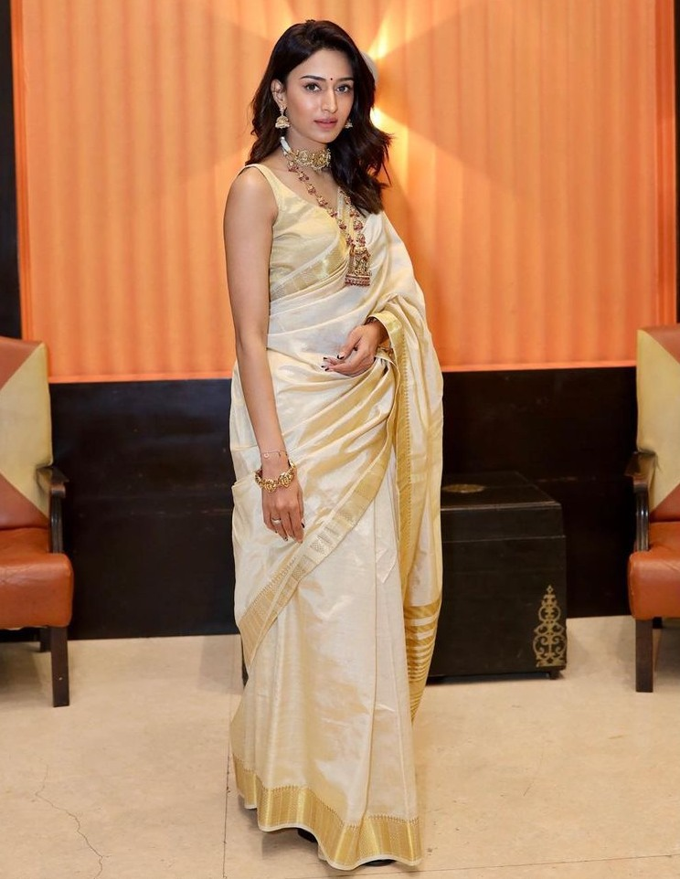 erica jennifer fernandes in gold and white saree with temple jewellery