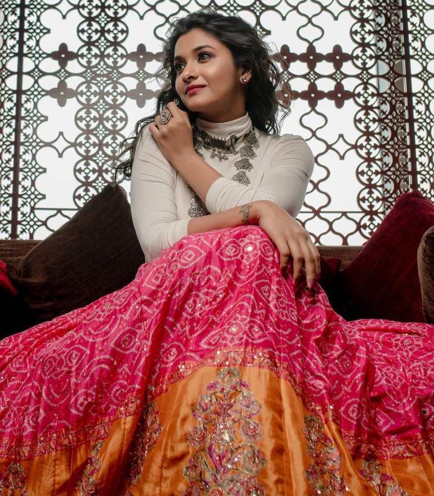 priya bhavani shankar in bandhani pink skirt white top