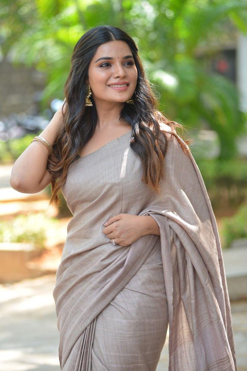Aathmika in a beige saree at Vijayaraghavan trailer launch -3