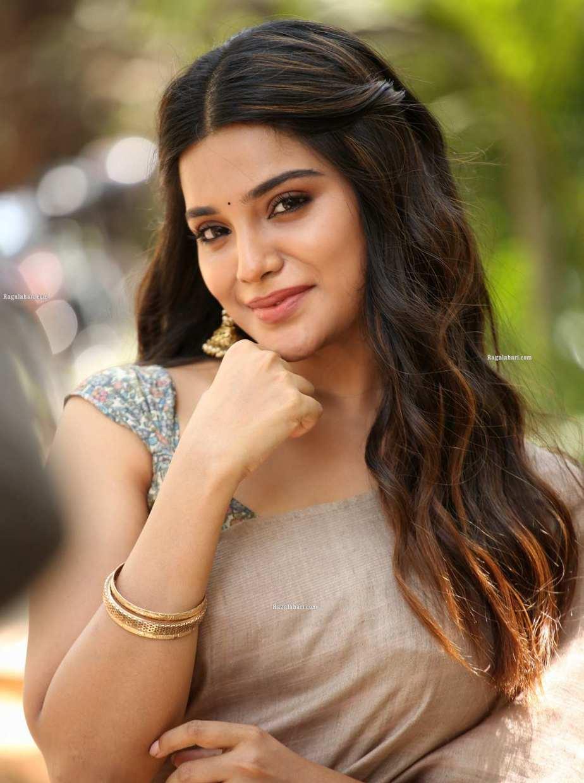 Aathmika in a beige saree at Vijayaraghavan trailer launch -4