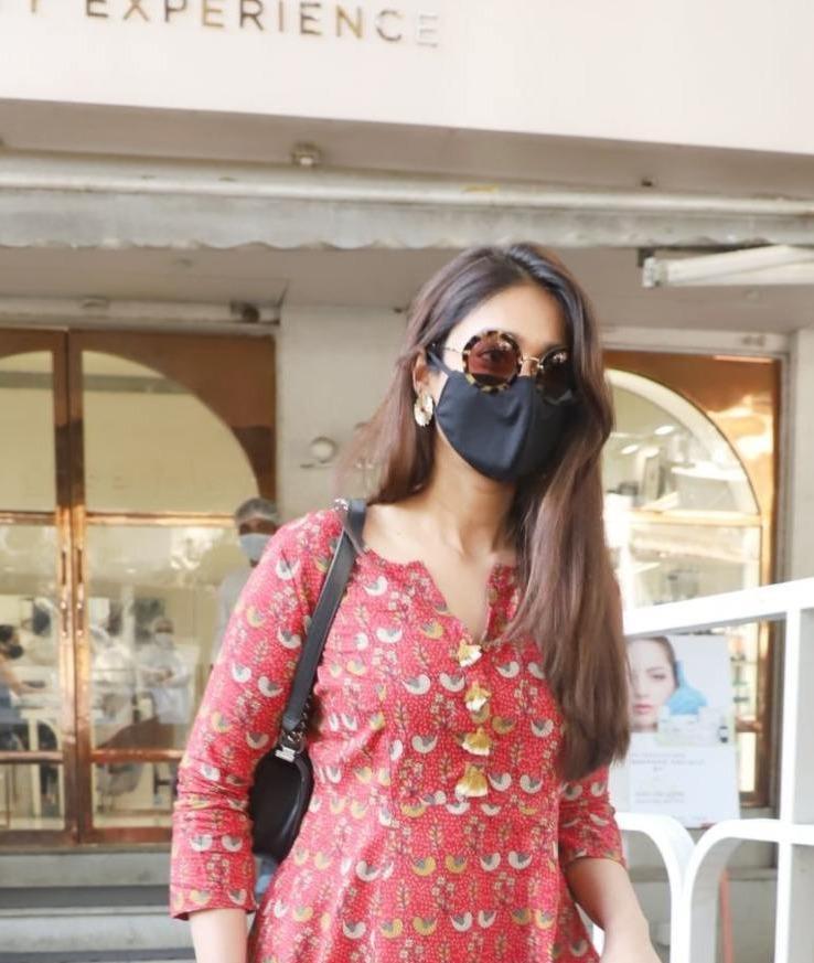 Ileana D' Cruz in brick red kurta spotted in Bandra-4