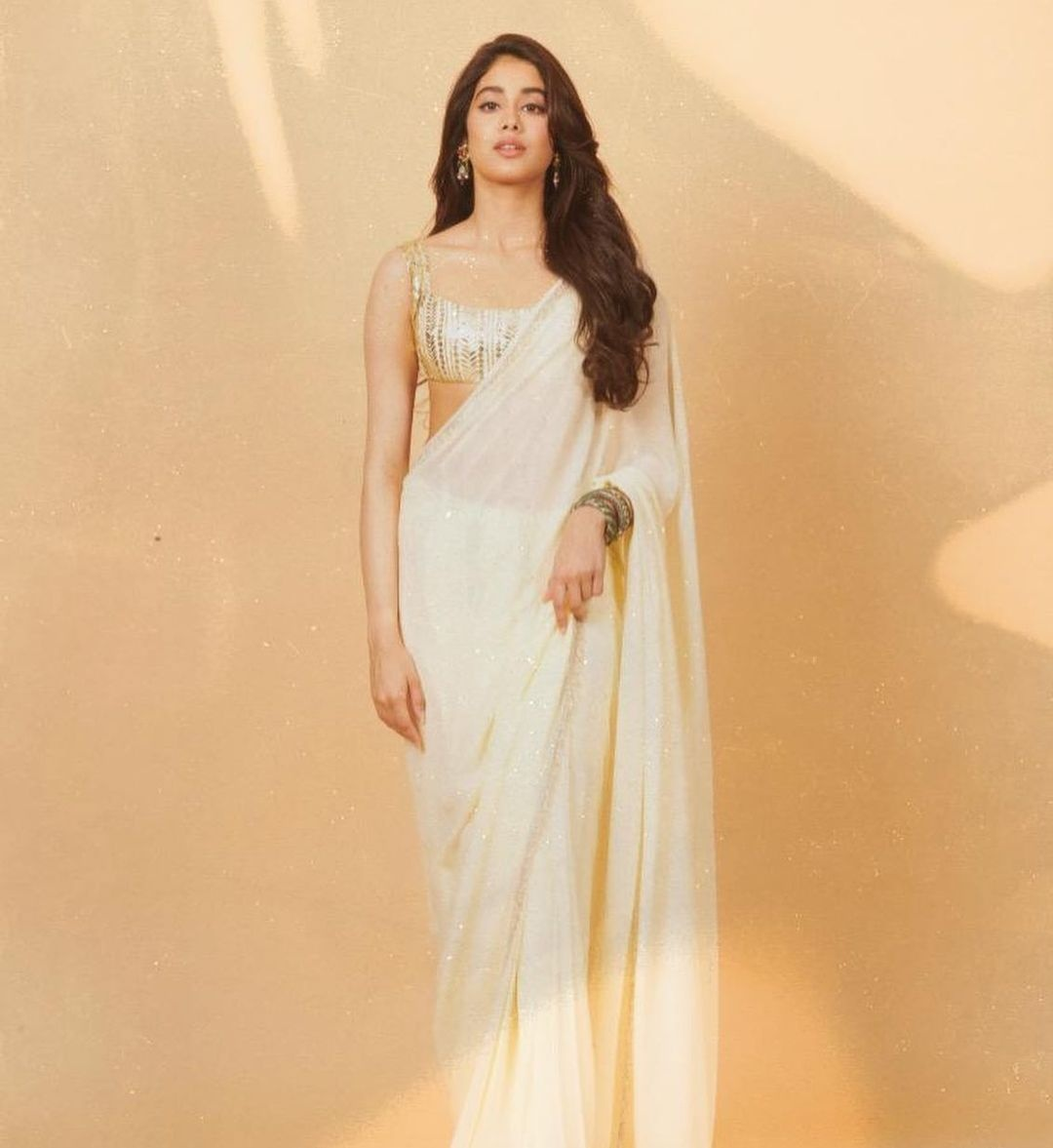 Janhvi Kapoor in ivory Manish Malhotra saree for Roohi promotions-3