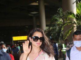 Kangana Ranaut spotted at airport arrival in pink saree-2