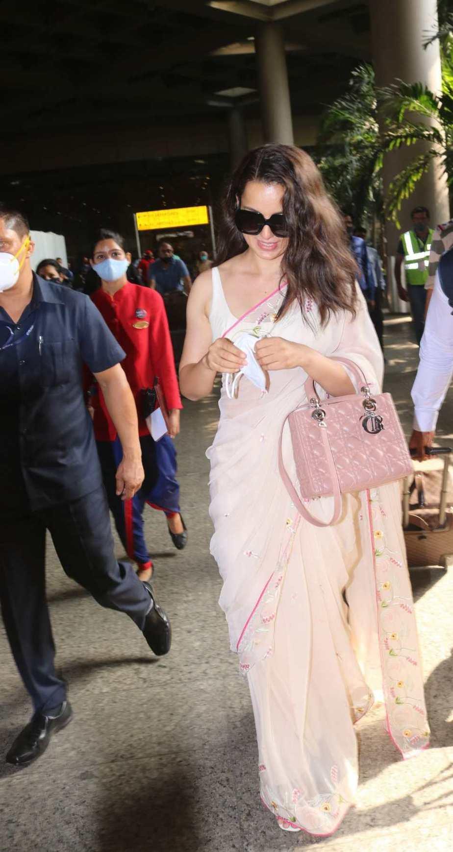 Kangana Ranaut spotted at airport arrival in pink saree-3 (1)