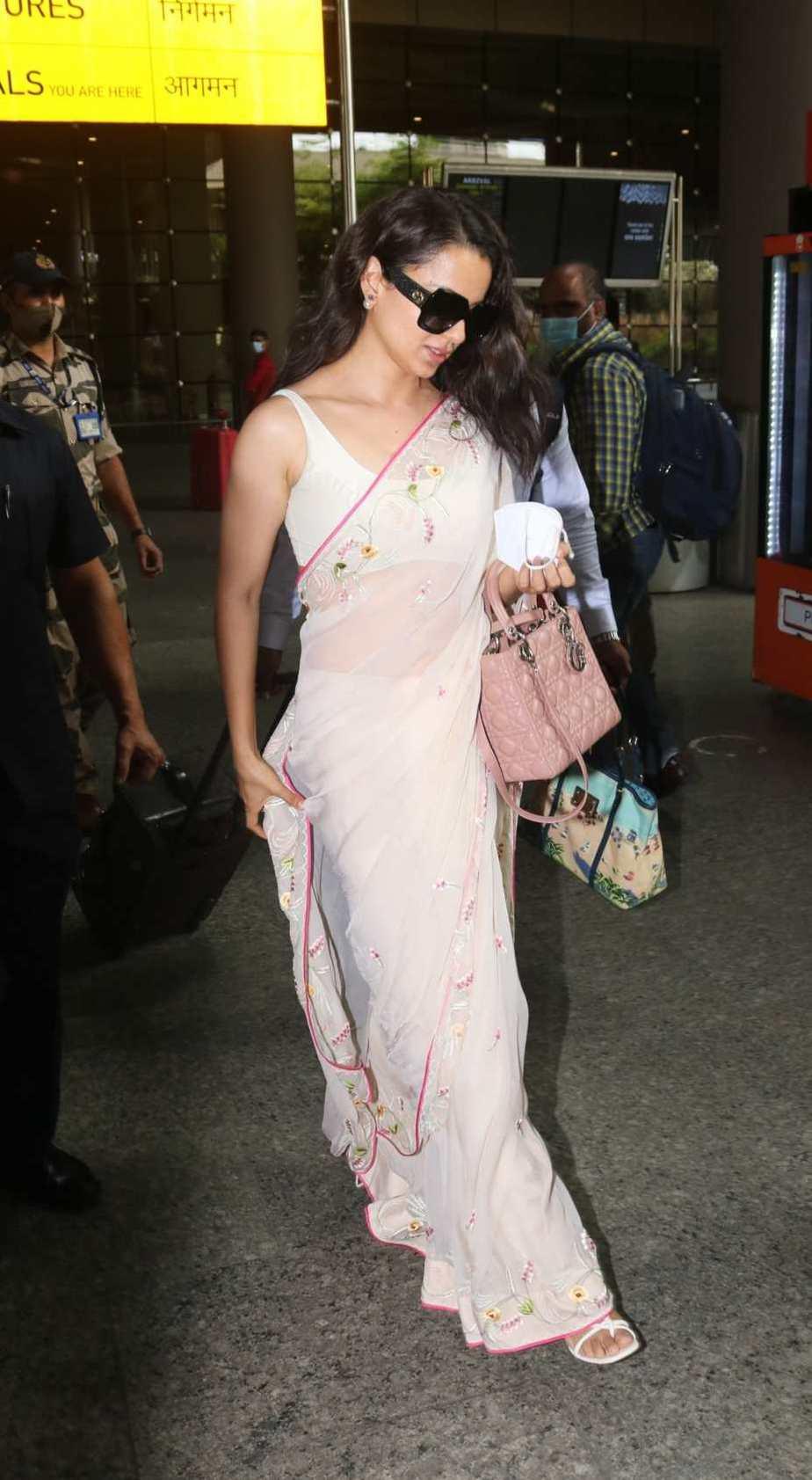 Kangana Ranaut spotted at airport arrival in pink saree-3