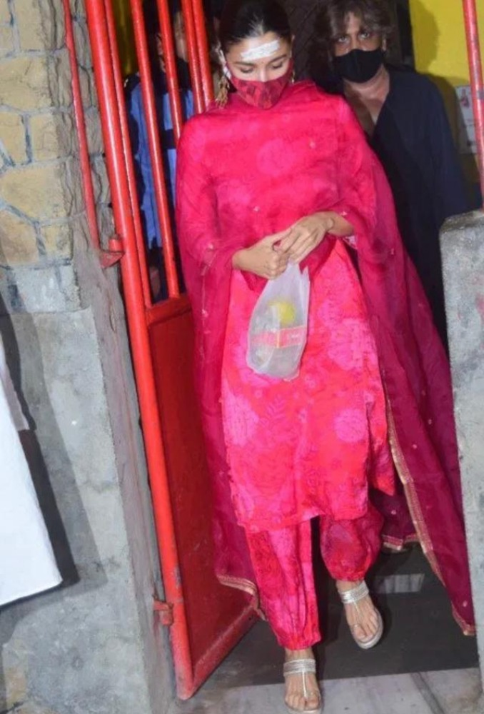 alia bhat in red suit for maha shivratri pooja