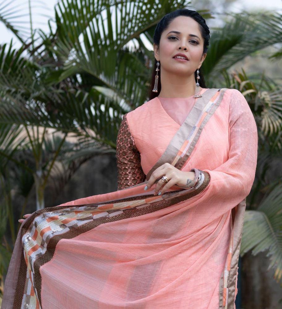 anasuya bharadwaj peach saree in jabardast episode