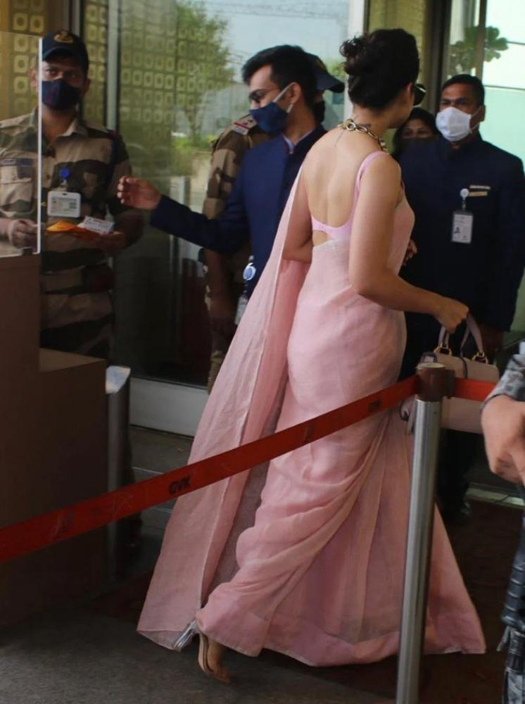 kangana ranaut in pink saree at airport