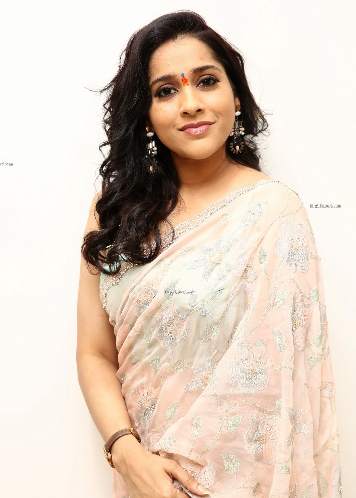 rashmi gautam in light peach saree with sleeveless blouse