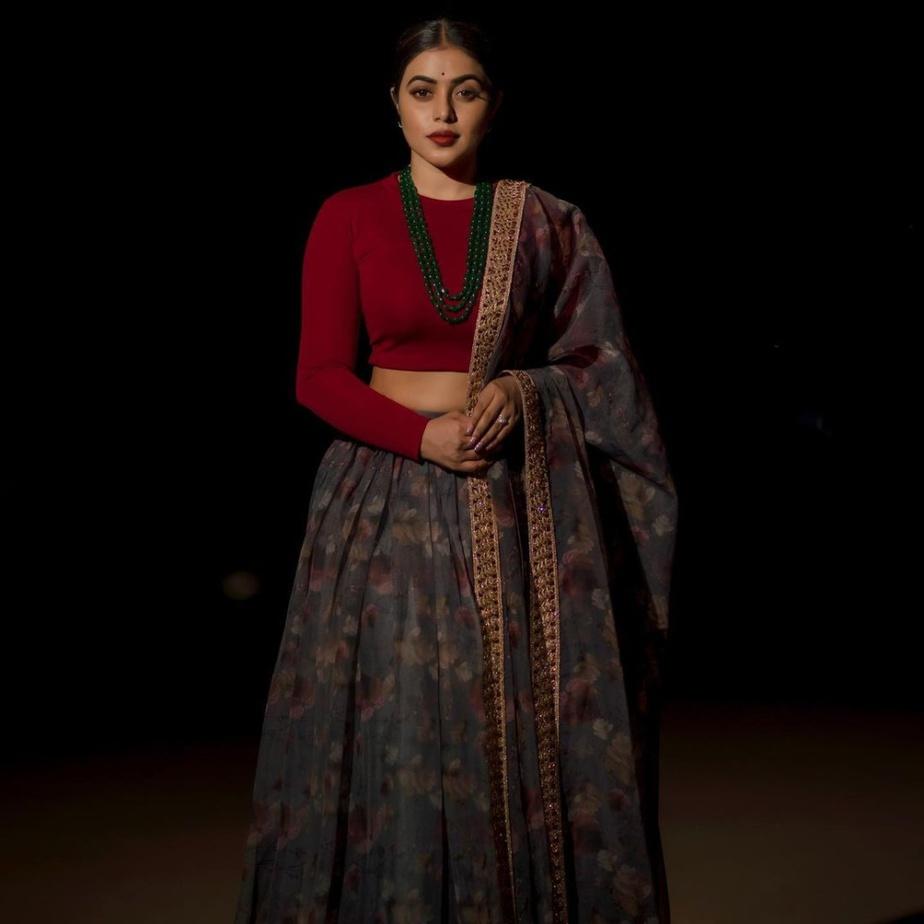 shamna kasim in red crop top skirt set