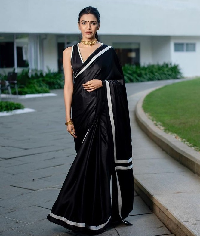 shriya pilgaonkar at haathi mere saathi trailer launch black saree