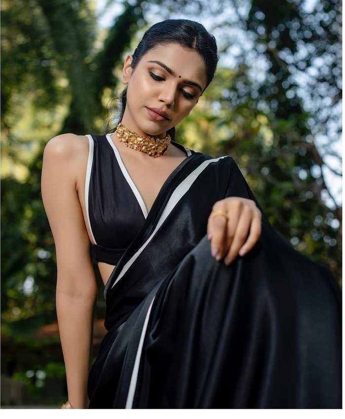 shriya pilgaonkar in black saree gold necklace
