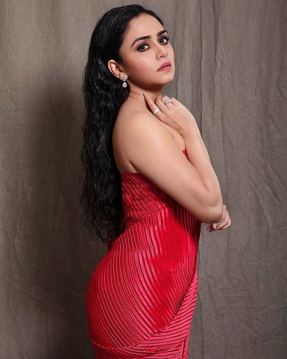 Amruta Khanvilkar in red saree by Tasavur for filmfare awards-2