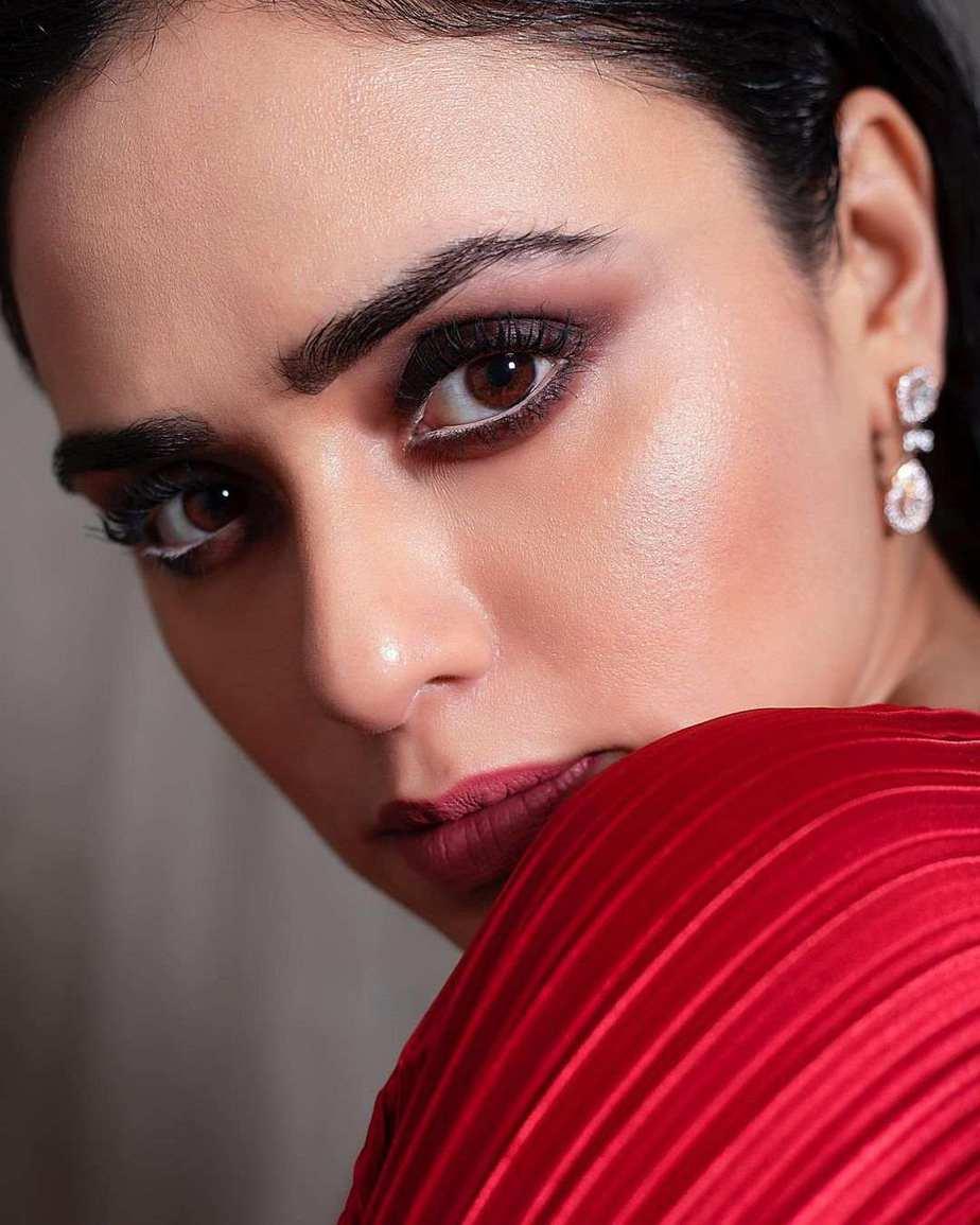 Amruta Khanvilkar in red saree by Tasavur for filmfare awards-3