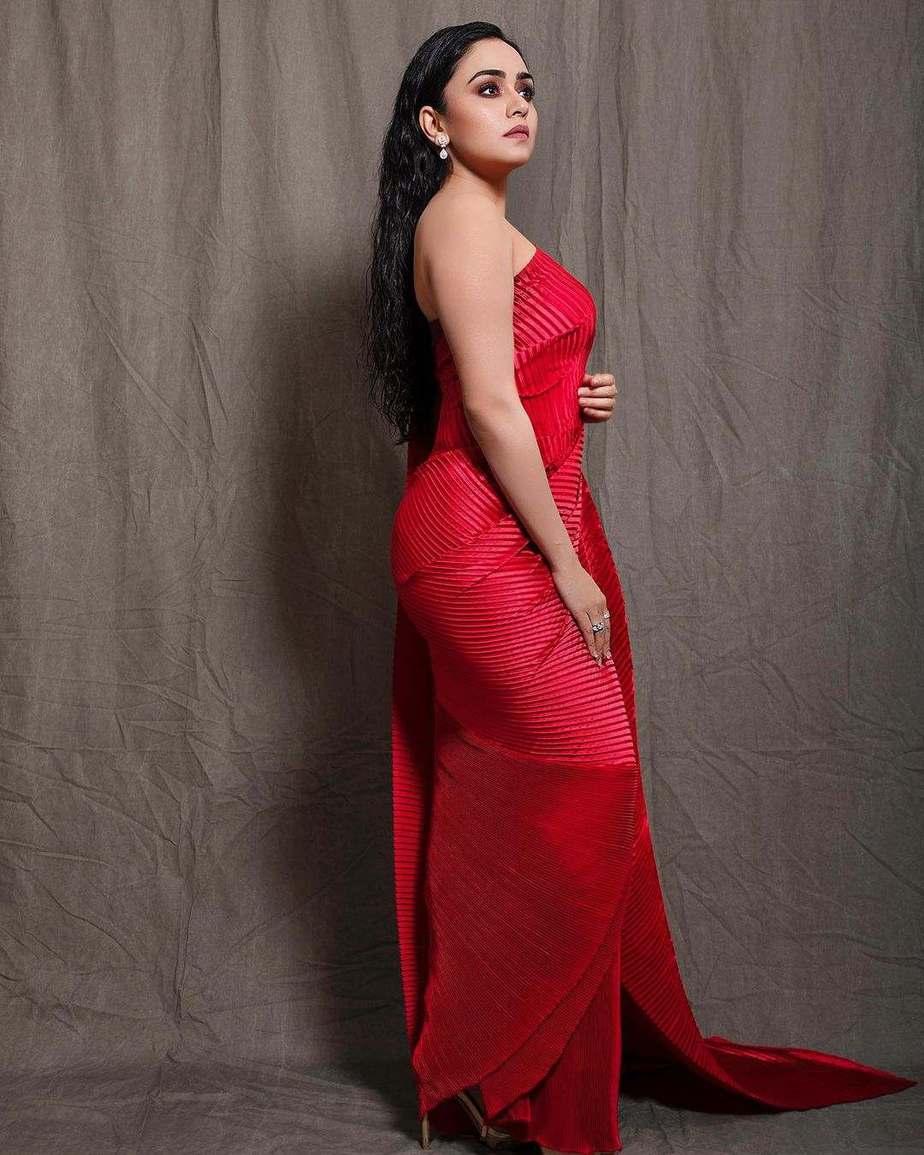 Amruta Khanvilkar in red saree by Tasavur for filmfare awards-