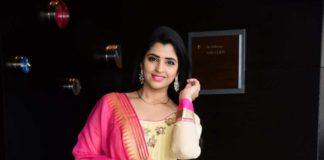 Anchor Shyamala in cream anarkali at vakeel Saab maguva nee vijayam event-3