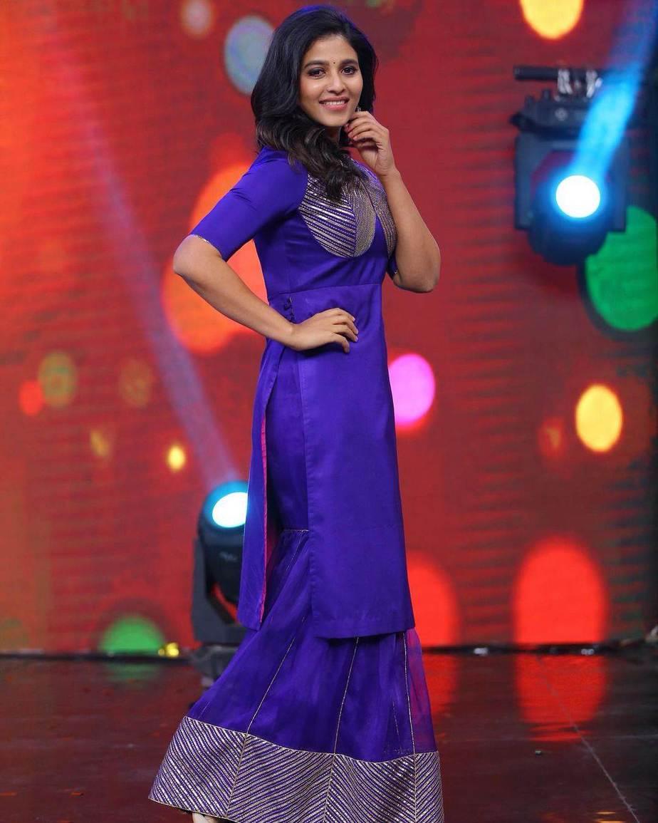 Anjali in blue kurta ghagra set by Raw mango for vakeel saab promtions-1