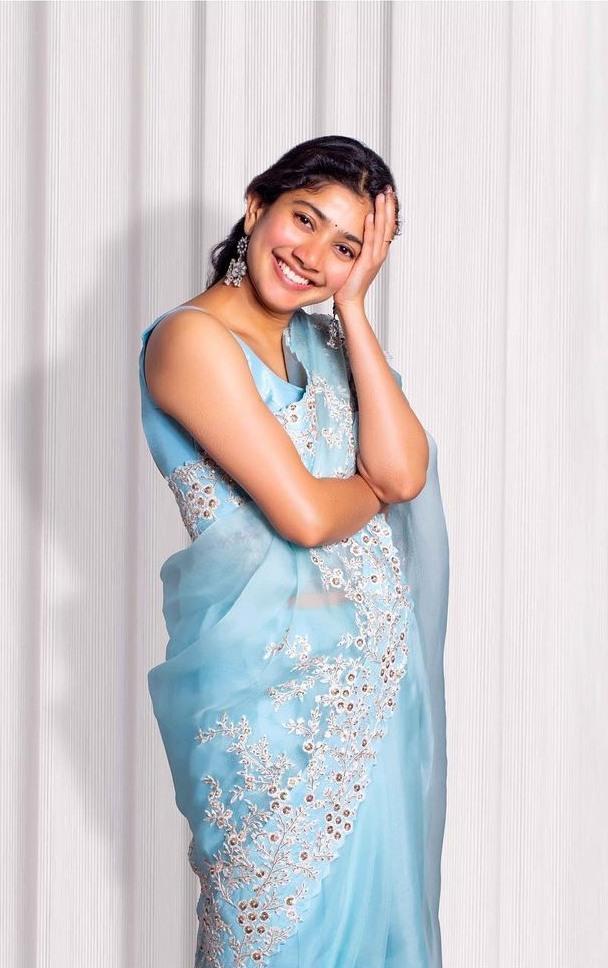 Sai pallavi in sky blue mrunalini rao saree for love story promotions-1