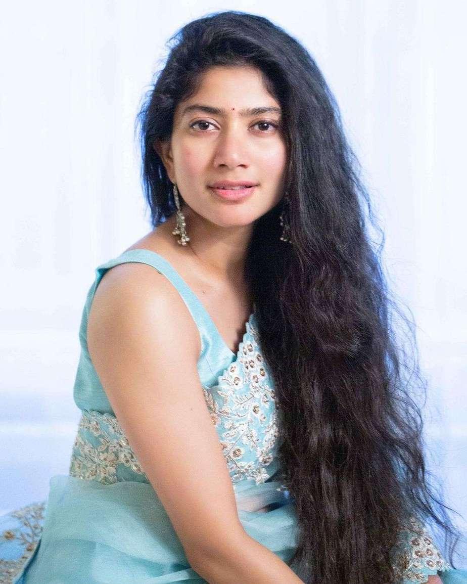 Sai pallavi in sky blue mrunalini rao saree for love story promotions-2