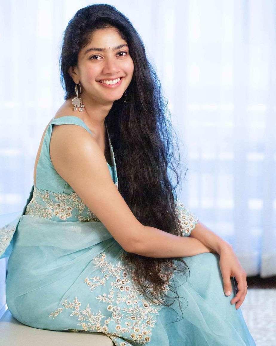 Sai pallavi in sky blue mrunalini rao saree for love story promotions-3
