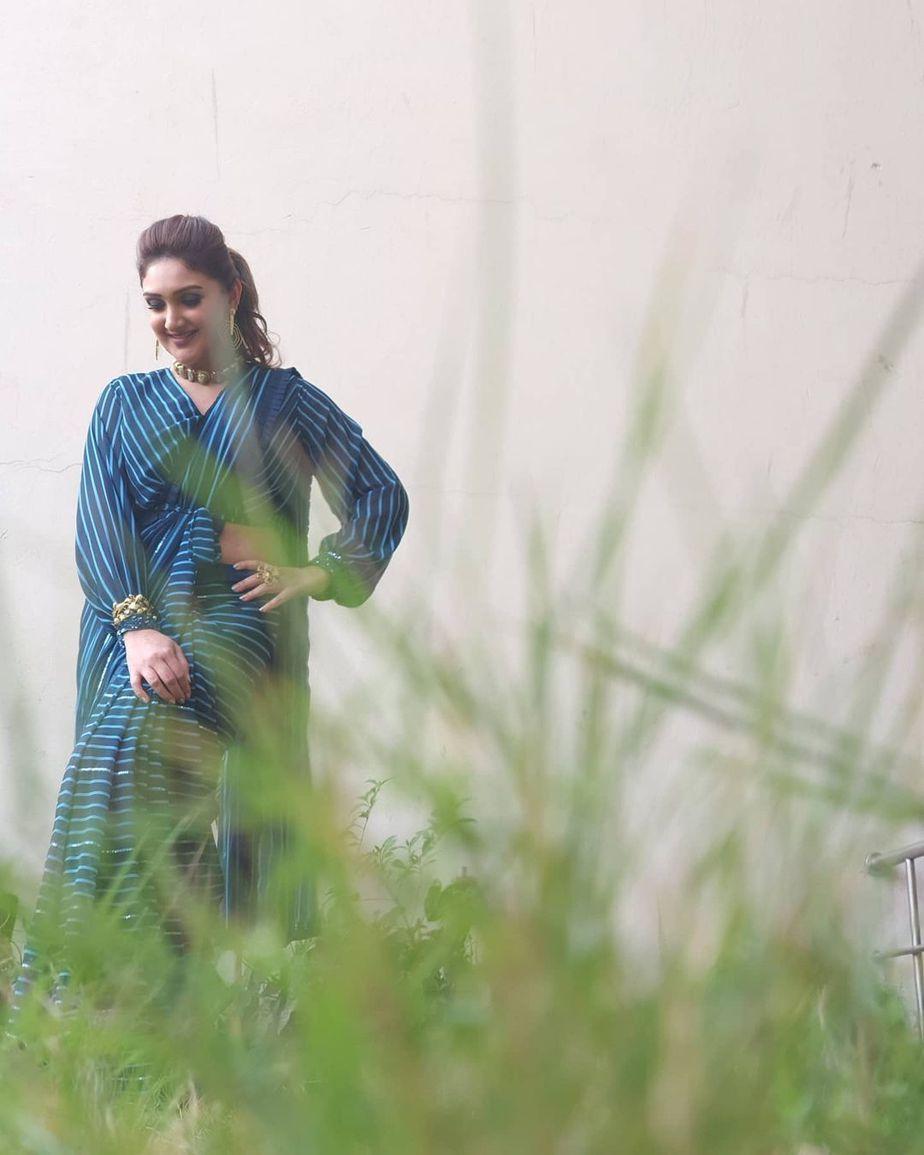 Sridevi Vijaykumar in peacock blue striped saree by Mugdha art studio for comedy stars-1