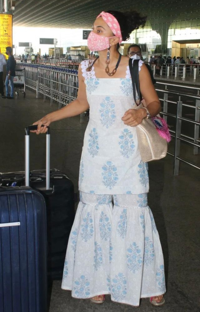 tapsee pannu in blue-white printed set from label ramagiq