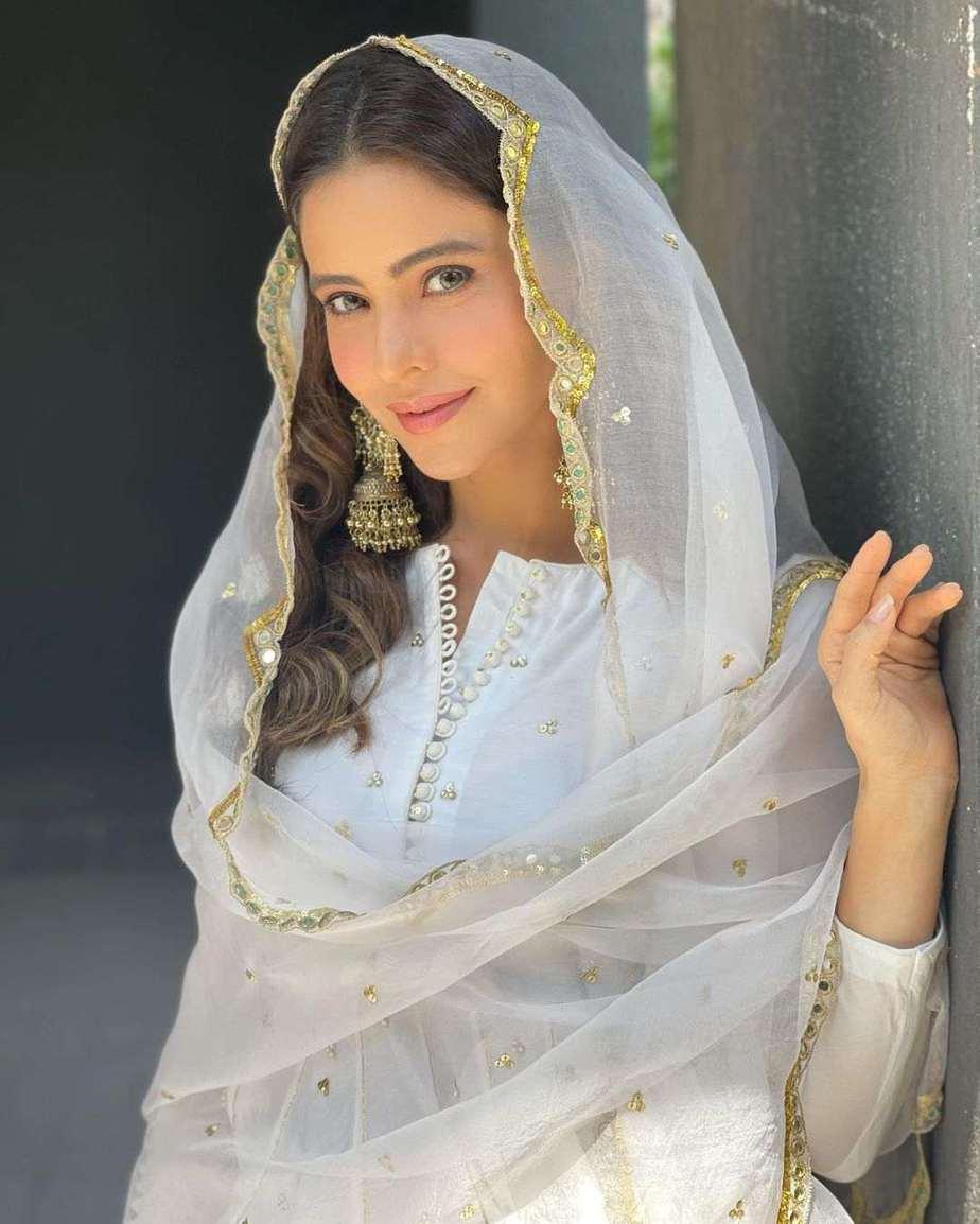 Aamna Sharif in white ghagra set by Drzya for eid-2
