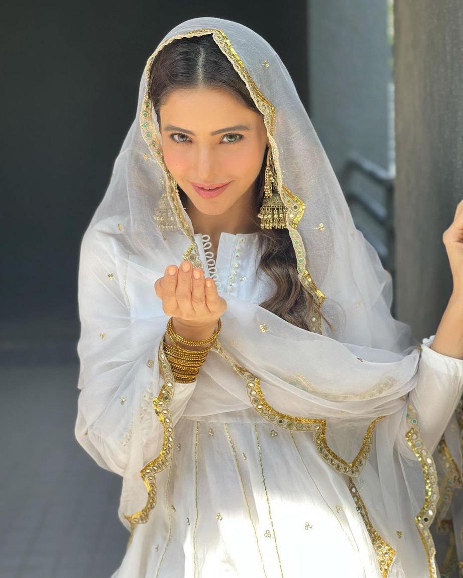 Aamna Sharif in white ghagra set by Drzya for eid-3