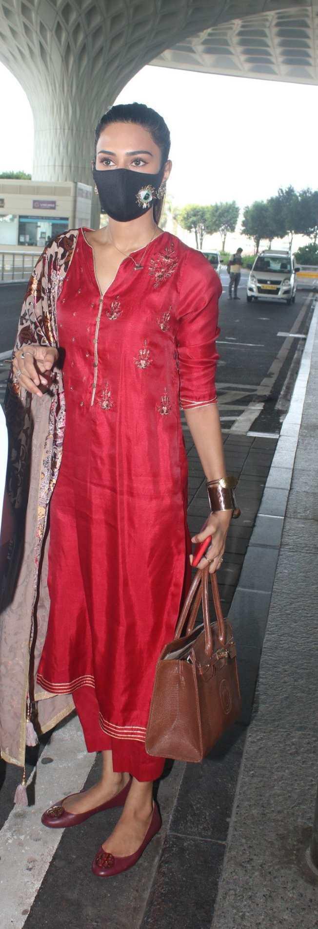 Erica fernandez in red kurta set outside airport departure-3