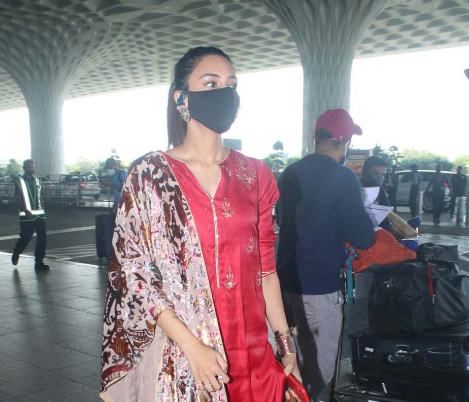 Erica fernandez in red kurta set outside airport departure-4