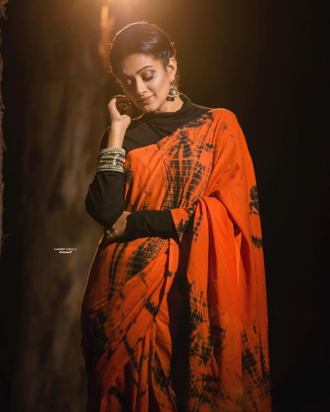 Priya Mani Raj in orange tie-dyed saree by Baisa crafts for dhee kings-3