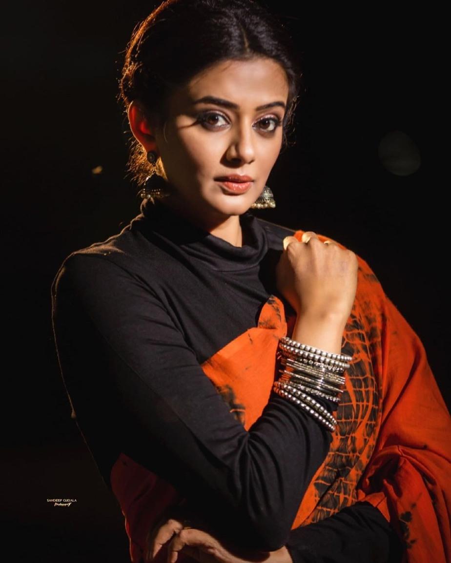 Priya Mani Raj in orange tie-dyed saree by Baisa crafts for dhee kings-4