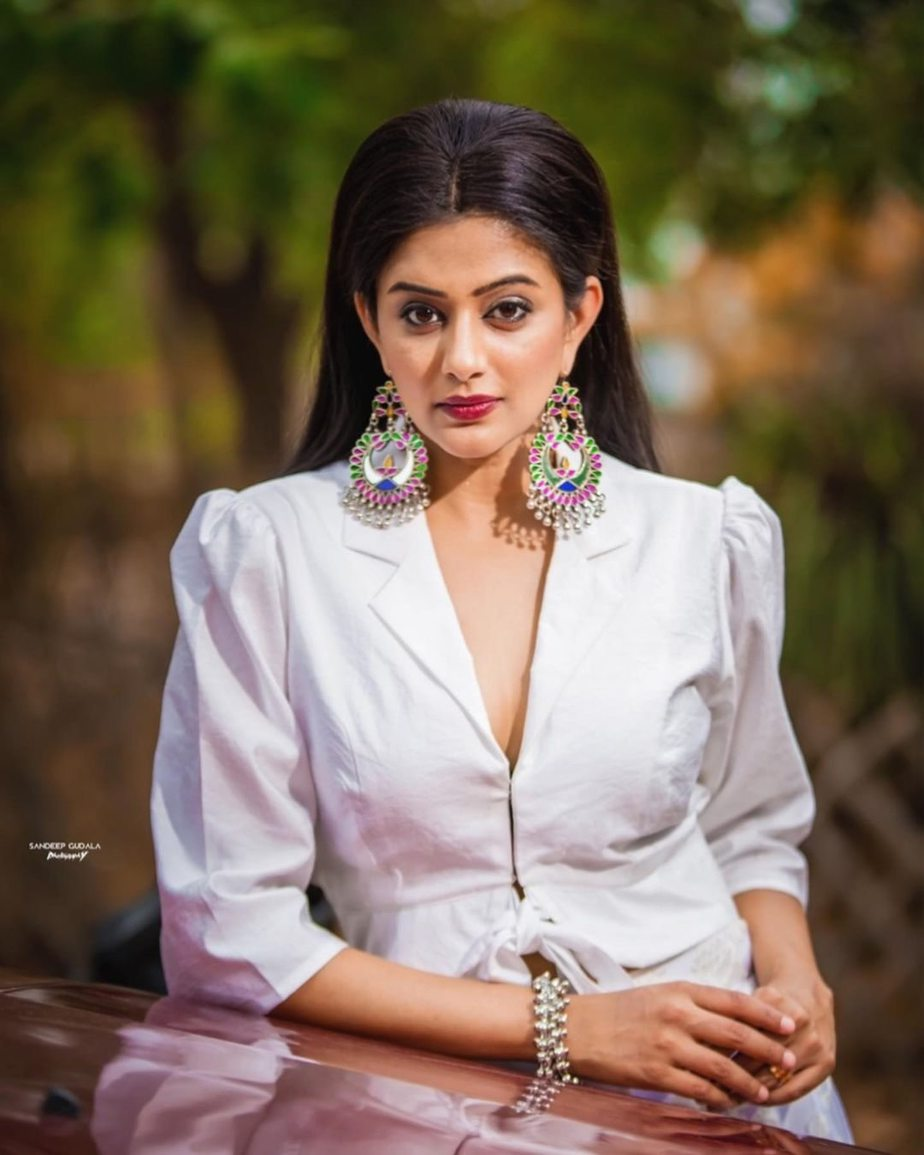 Priyamani in white jacket and skirt by feathers boutique for dhee kings-2