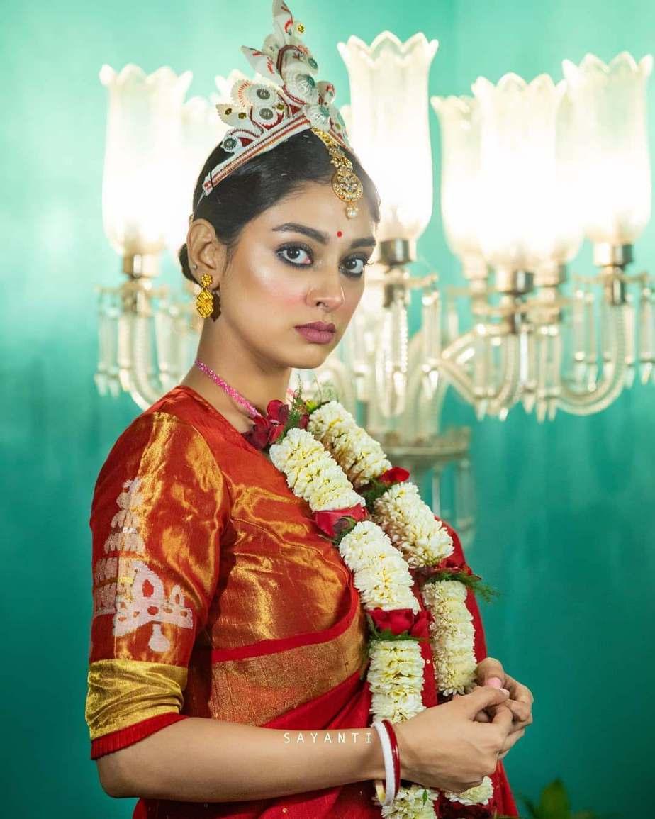 Red wedding blouse-Topur mukut-Sayanti Ghosh