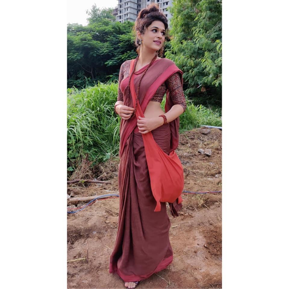 Shraddha Das in a brick red saree for Ek mini katha show-3