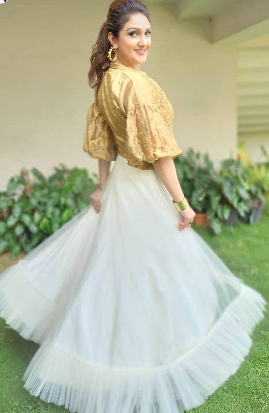 Sridevi Vijaykumar in a skirt-crop top by Endless knot for comedy stars