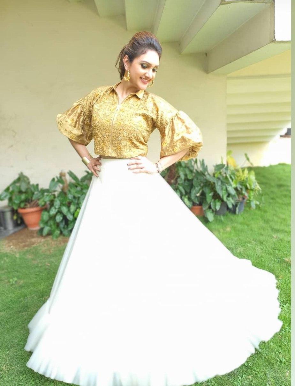 Sridevi Vijaykumar in a skirt-crop top by Endless knot for comedy stars1