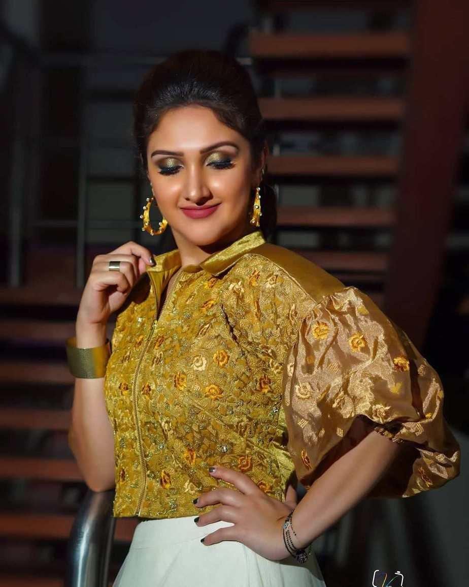 Sridevi Vijaykumar in a skirt-crop top by Endless knot for comedy stars3