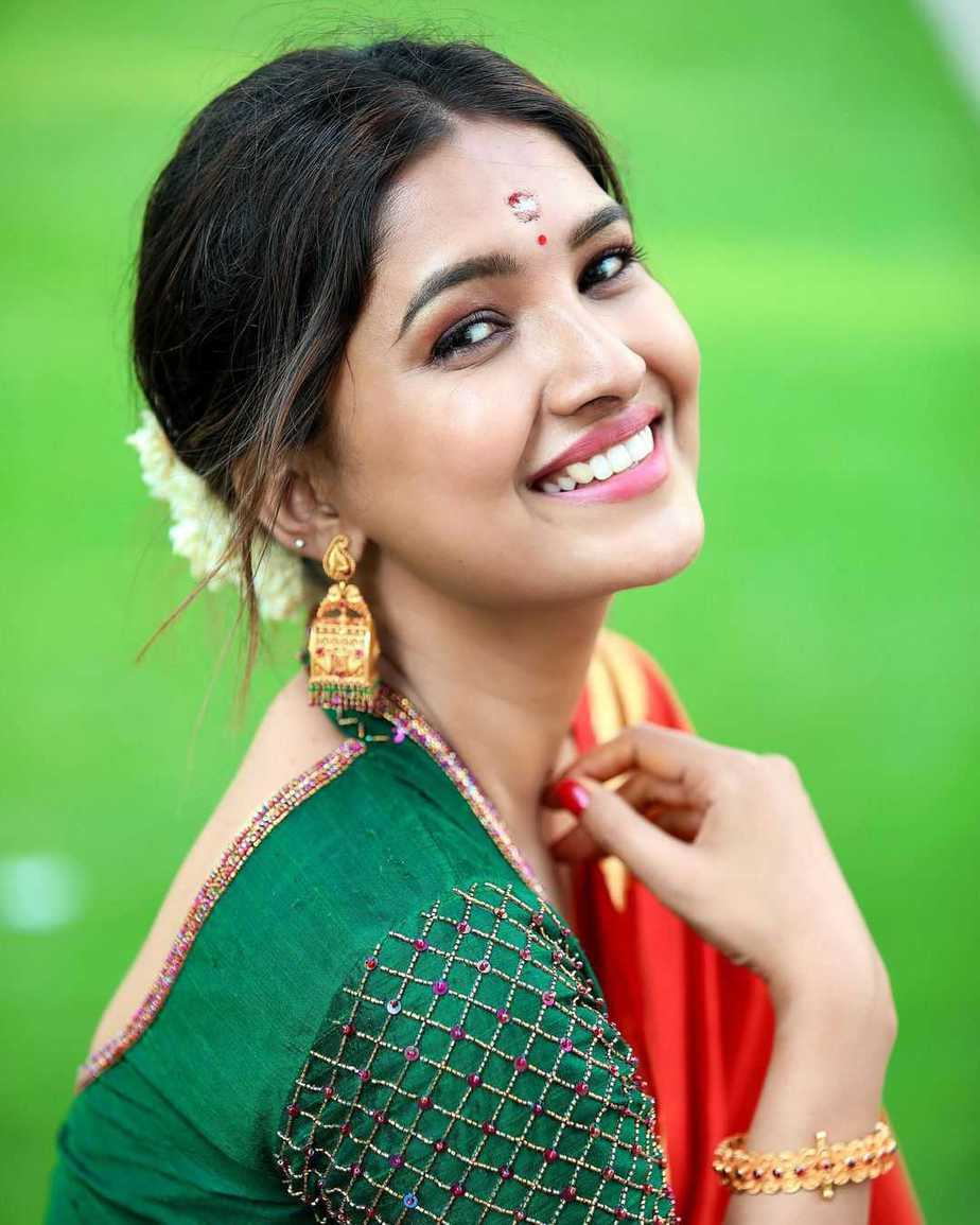 Vani Bhojan in red saree by studio 149 for her house warming ceremony-2