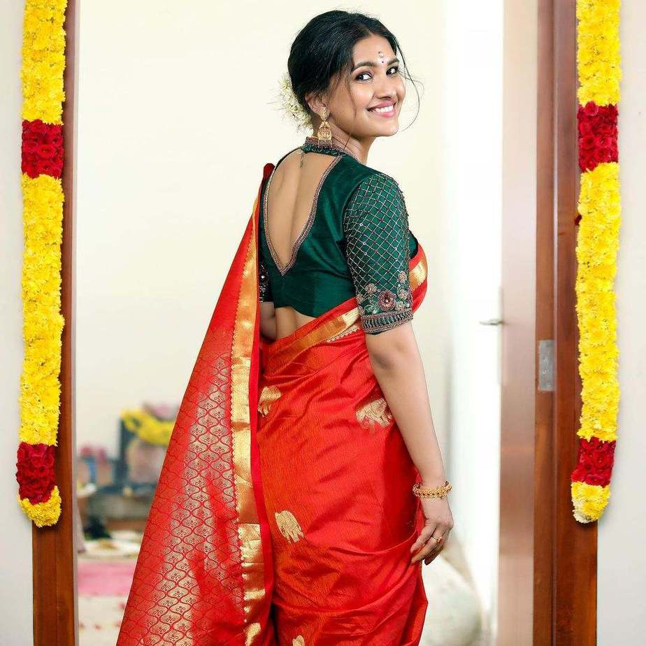 Vani Bhojan looks radiant in a red Studio 149 saree for her house warming!
