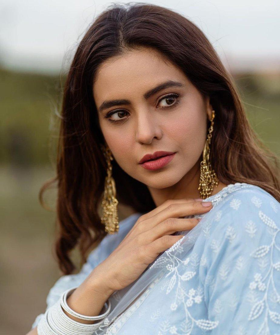 Aamna sharif in a mulmul light blue lehenga-3