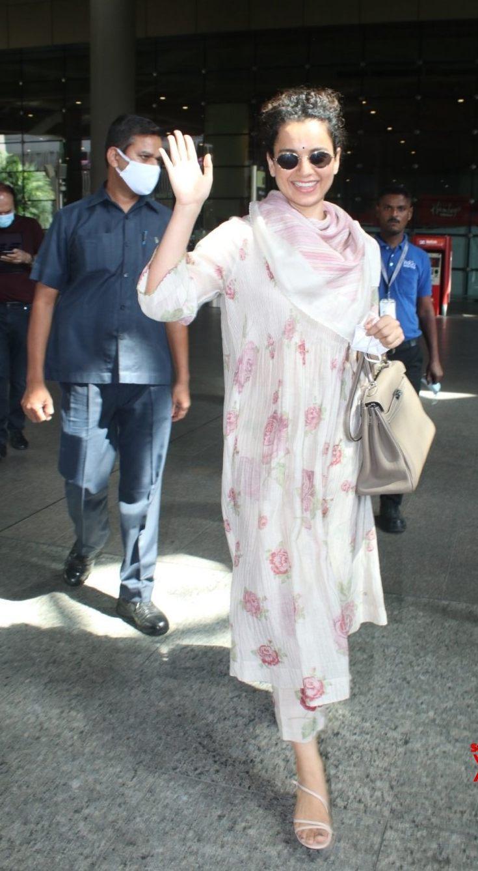 Kangana Ranaut in floral kurta set at Mumbai airport-1