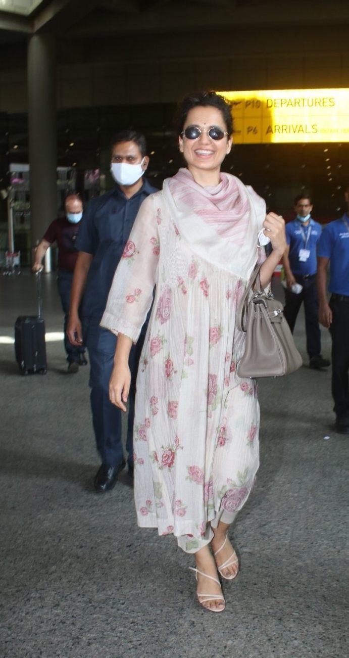 Kangana Ranaut in floral kurta set at Mumbai airport-2